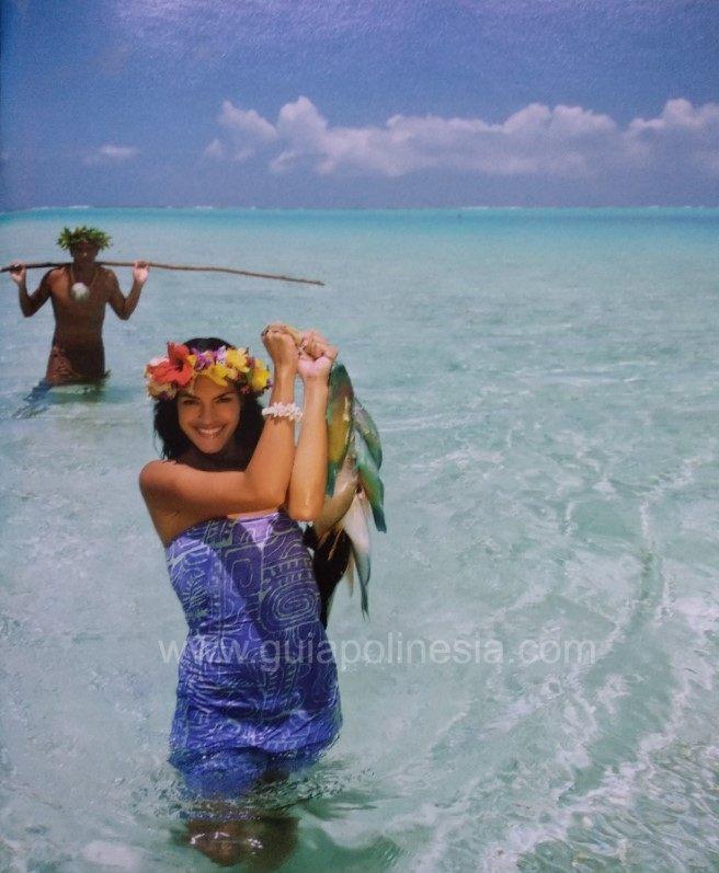 chica con pareo pescando en polinesia