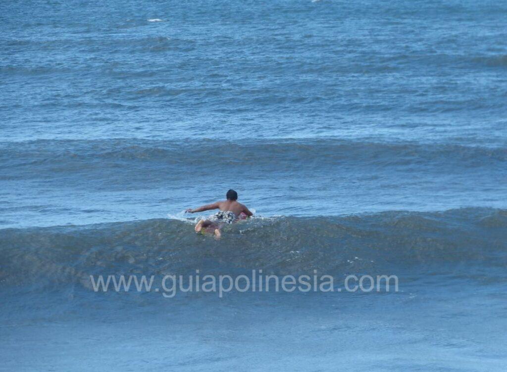 haciendo surf en tahiti